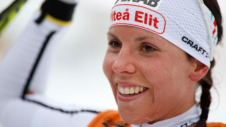 Charlotte Kalla glad efter segern i damernas 10 kilometer klassisk stil. Foto: Robert Nyholm/TT