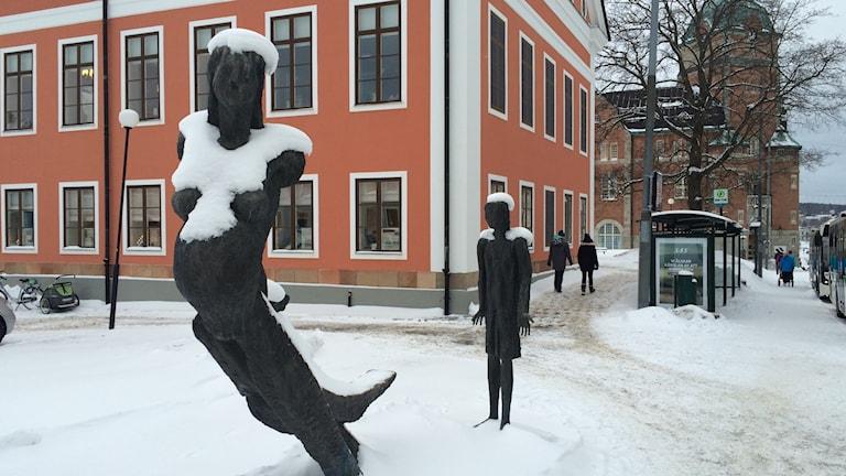 Blir vi lycligare eller friskare av offentlig konst? Här en staty utanför rådhuset i Härnösand. Foto Ulla Öhman