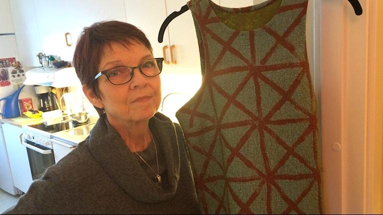 Britt-Mari Morsay med sin ullklänning. Foto: Niklas Axelsson/Sveriges Radio
