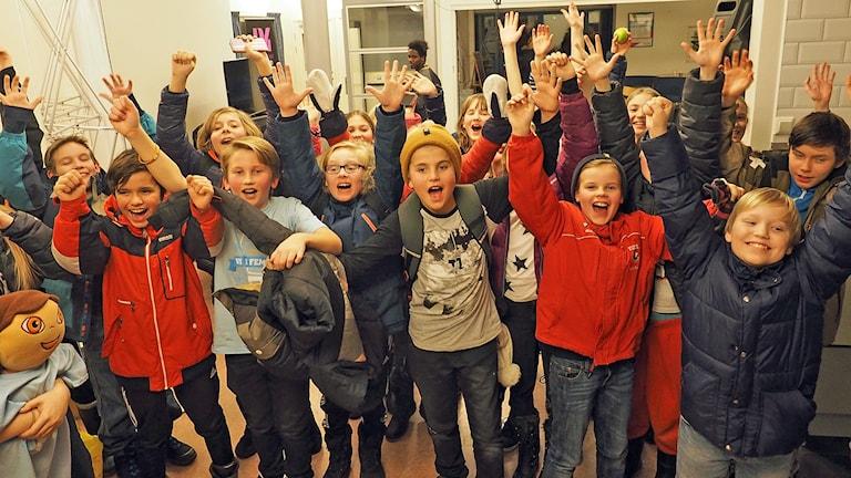 Glada elever i Engelska skolan 5C efter segern i semifinalen.