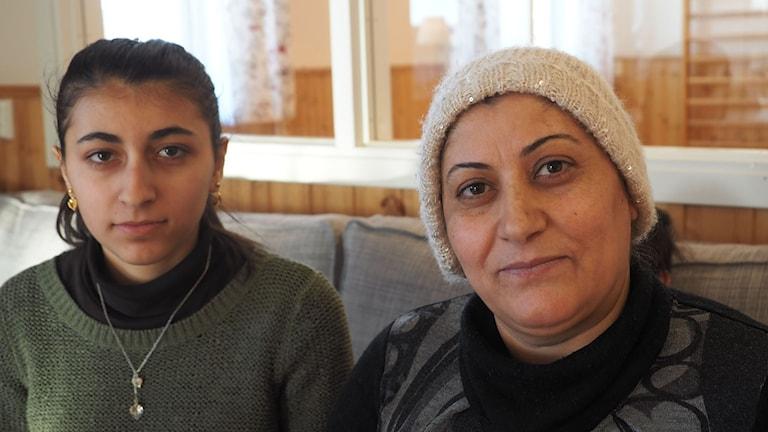 Ramja, musiklärare från Syrien, med sin dotter Yervan.  Foto: Ingrid Engstedt Edfast/SR