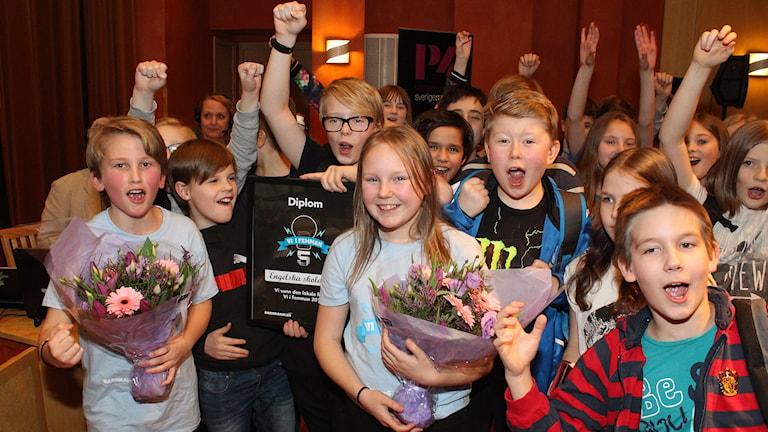 Engelska skolan 5C jublar över vinsten. Foto: Niklas Axelsson/SR
