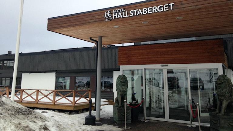 Entrén till Hotell Hallstaberget, Sollefteå. Foto: Karin Lönnå/Sveriges Radio