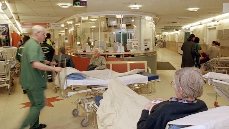 Patient ligger på brist och väntar på akutmottagning.
