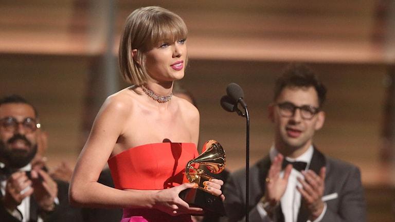 Taylor Swift tar emot Grammy för årets album. Foto: Matt Sayles /AP/TT