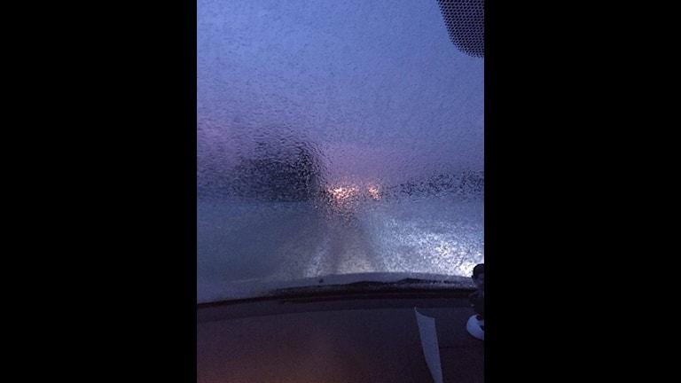 Regn som fryser på vindrutan. Foto: Tony Nykvist