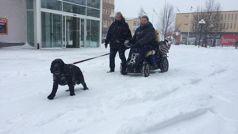 Rebecka ute i sin permobil i centrala Kramfors tillsammans med Birgitta och Abbe. Foto Ulla Öhman