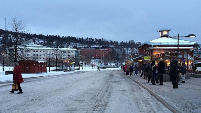 Många väntar på att en buss ska dyka upp vid hållplatsen på Navet i centrala Sundsvall. Foto: Ingrid Engstedt Edfast/SR