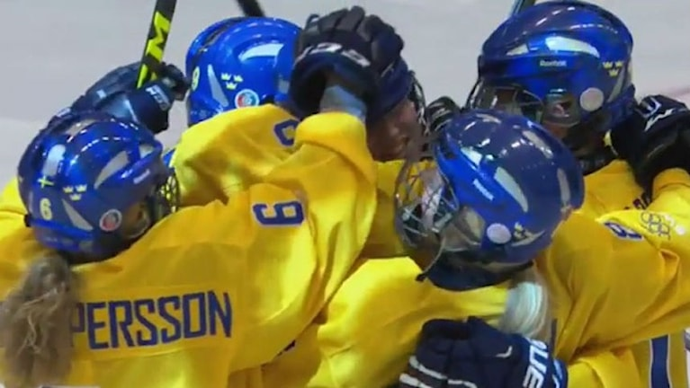 Svenska U16-laget i en masskram efter OS-guldet i Lillehammer 2016. Foto: Stefan Ladhe/ Svenska Ishockeyförbundet