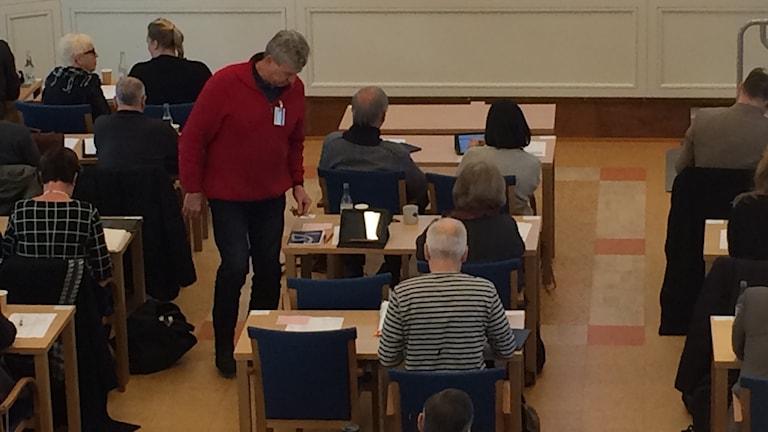Vänsterpartiets gruppledare Lars-Gunnar Hultin byter plats för att de båda avhopparna Kenneth Challis och Annicka Burman ska få sitta bredvid varandra. Foto Ulla Öhman/SR