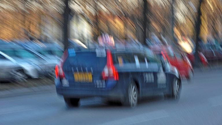 En taxibil som kör fort och är suddig. Foto: Bertil Ericson/TT