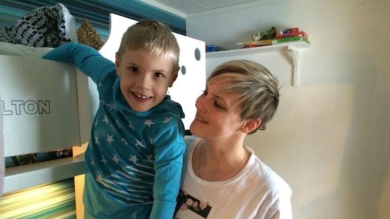 Milton Högman blir hemma från skolan i dag med mamma Johanna Högman.