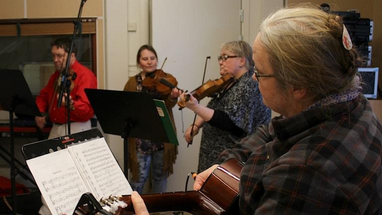 Arne Söderlind, Tova Källman, Sonya Källman och Ulla-Britt Löfdahl spelar i Lång-Grans spelmansgille. Foto: Karin Lönnå/Sveriges Radio