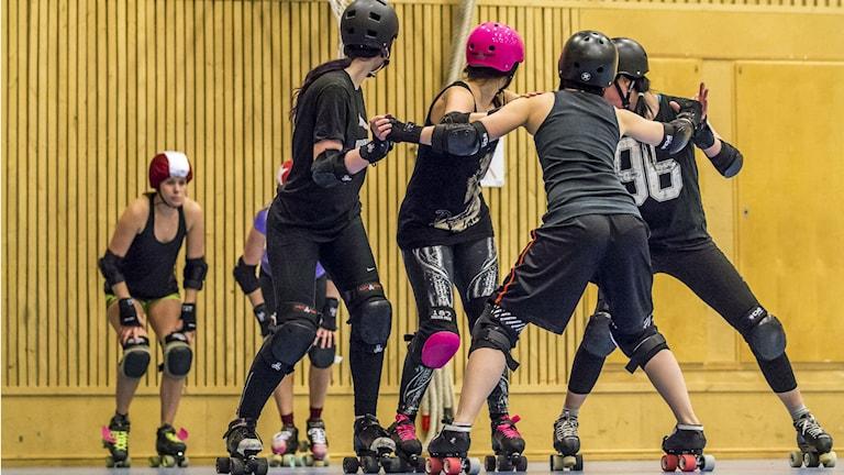 Sundsvall Demolition Rollers tränar på att blockera. På bilden Rebecka Lindberg, Ella Åström, Simone Himmerlid. Foto: Emil Hammarström