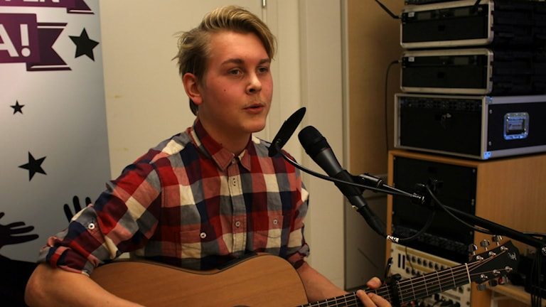 Emil Assergård spelar och sjunger i studion. Foto: Karin Lönnå/Sveriges Radio