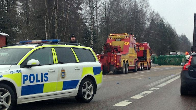 Polis och bärgare intill lastbilen som voltat och blockerar trafiken. Foto: Karin Lycke/Sveriges Radio