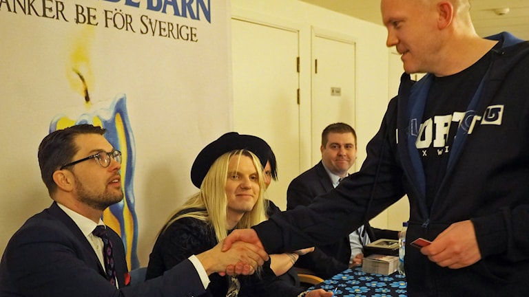 Jimmie Åkesson signerar skivor. Foto: Ingrid Engstedt Edfast/SR