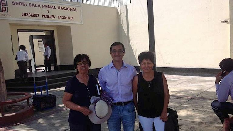 Angel Villaverde med sin fru och mamma utanför domstolen i Peru efter att han friades. Foto: Privat