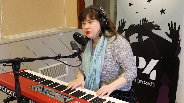Sara Thuresson spelar piano och sjunger. Foto: Karin Lönnå/Sveriges Radio