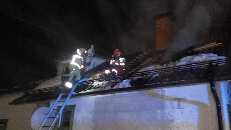 Räddningstjänsten fick kapa hål i taket för att släcka branden i Mo. Foto: Räddningstjänsten Höga Kusten-Ådalen