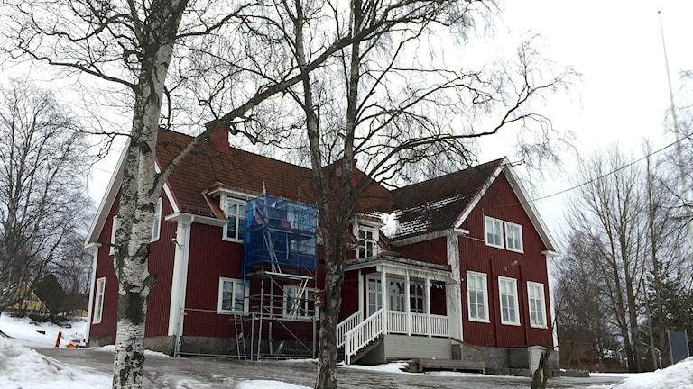 Byggställningar vid fasaden på Ankarsviks skola. Foto: Ann-Charlotte Carlsson/SR