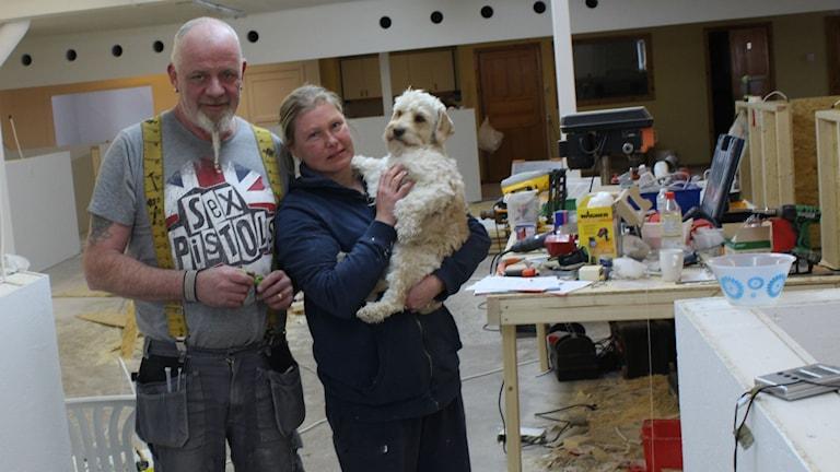 Bill och Jessica Gillet med hunden Kompis. Foto Jakob Bjelkevall/SR