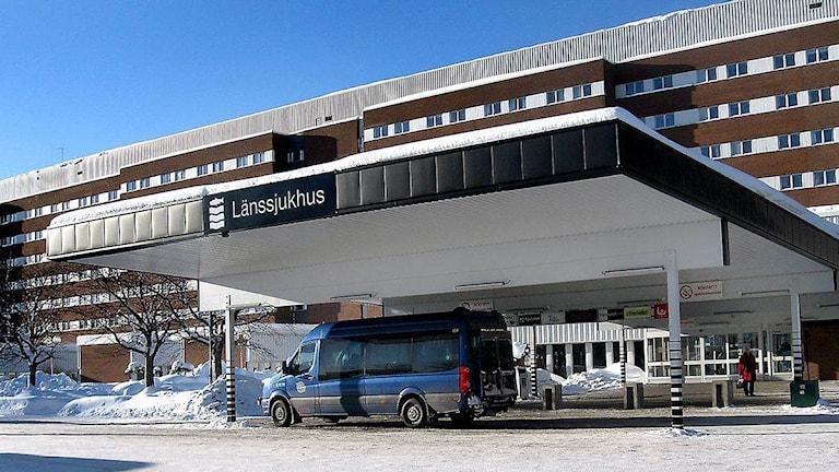 Sjukresetaxi väntar utanför entrén till länssjukhuset i Sundsvall. Foto: Karin Lycke/SR