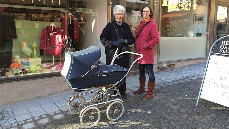 Knapp Britta Eriksson med lilla Vera i vagnen och Brittas farmor Berit Eriksson Naess .Foto Ulla Öhman