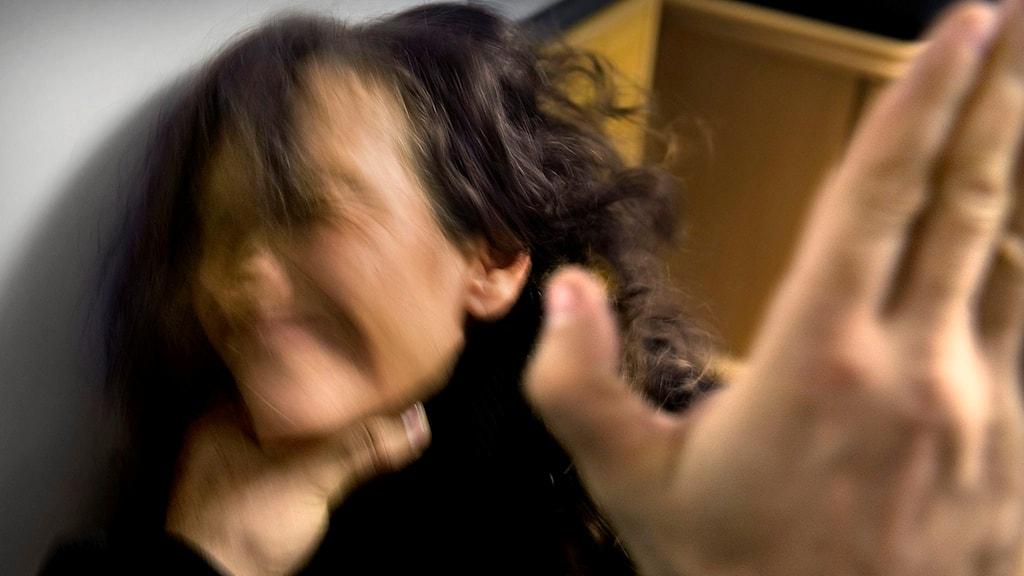 En man misshandlar en kvinna. Bilden är arrangerad. Foto: Claudio Bresciani/TT