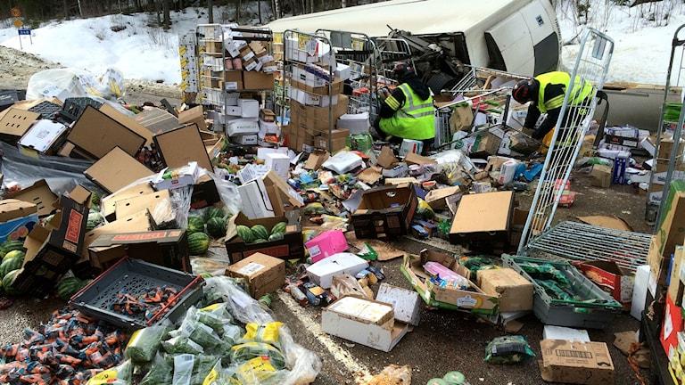 Matvaror utvräkta över vägen från en lastbil som vält. Foto: Lennart Sundwall/SR