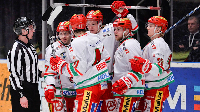 Fem Modospelare klappar om varandra efter mål mot Djurgården. Foto: Marcus Ericsson/TT
