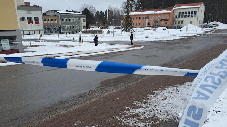 Polisen har spärrat av ett större område i Ramsele efter mordförsöket i natt. Foto: Viktor Åsberg/Sveriges Radio