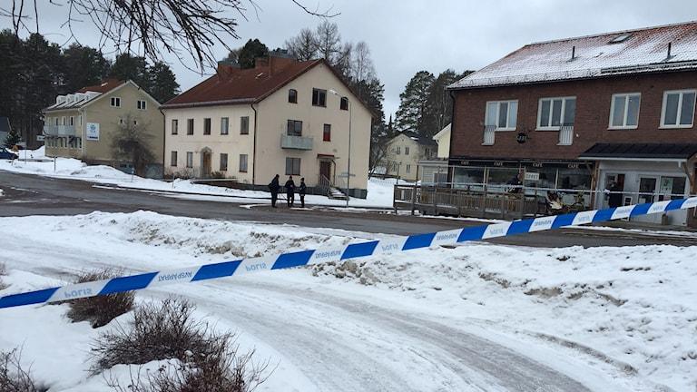 Polisen har spärrat av ett större område för teknisk undersökning. Foto: Viktor Åsberg/SR