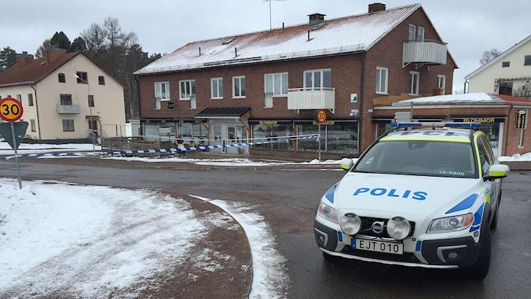 En polisbil utanför polisens avspärrning i Ramsele. Foto: Viktor Åsberg/SR