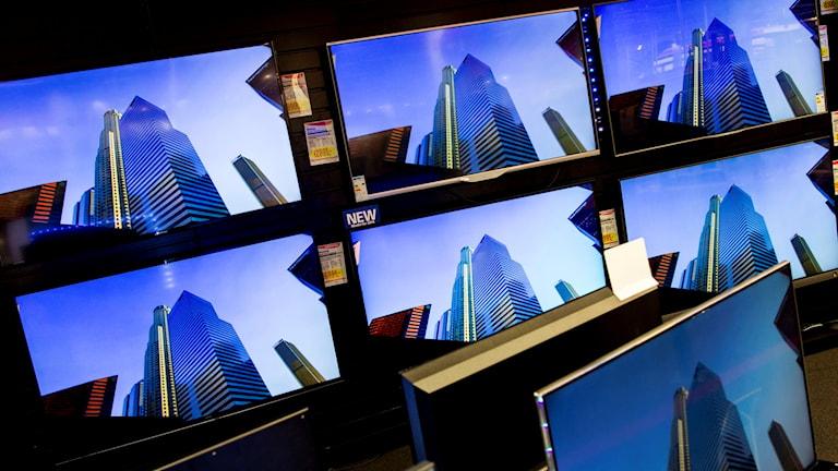 Platt-tv. Mängder av skärmar på en vägg. Foto: Vegart Grott/NTB/TT