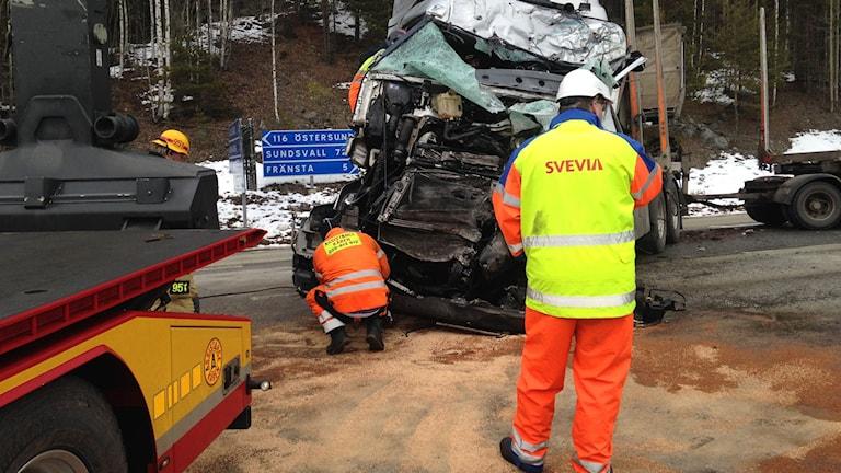 Bärgningen är påbörjad vid olycksplatsen. Foto: Billy Abraha/SR