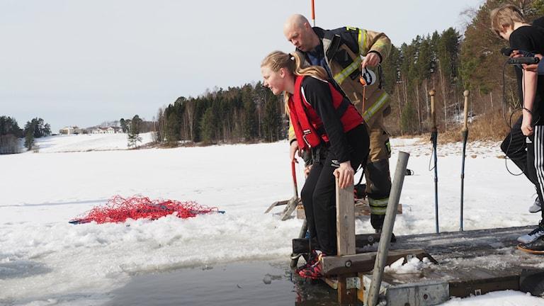 Jenny Edin från Stöde skola är beredd att hoppa i isvaken. Foto: Ingrid Engstedt Edfast/SR