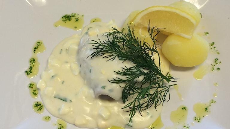 Torsk med äggsås, dill, potatis och citron. Foto: Niklas Axelsson/Sveriges Radio