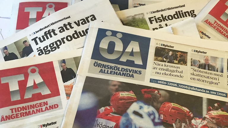 Örnköldsviks Allehanda och Tidningen Ångermanland upplagda på ett bord.