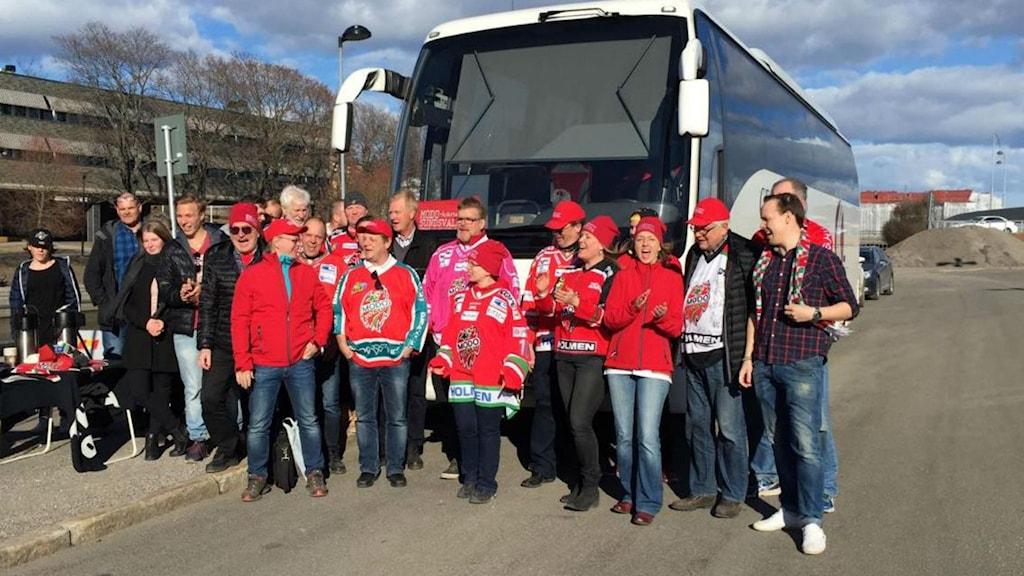 Gruppen Modohjärtan Sundsvall på väg till den avgörande kvalmatchen. Foto: Privat