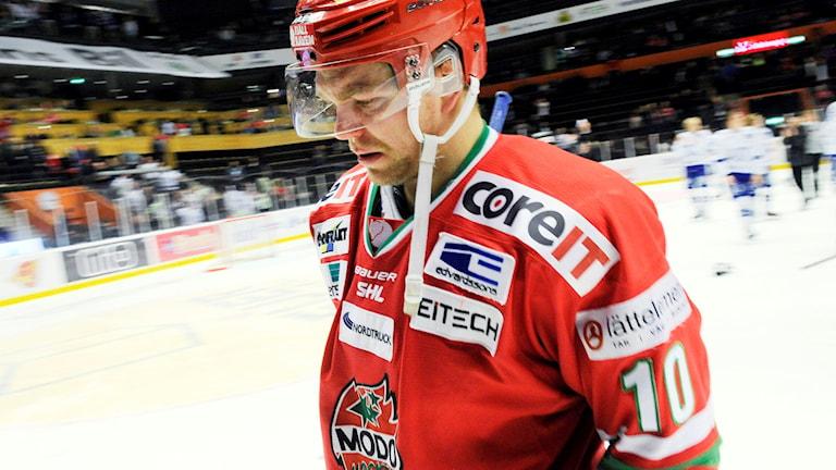 Modos Per-Åge Skröder deppar efter förlusten mot Leksand som skickar ner Modo till hockeyallsvenskan. Foto: Håkan Nordström/TT
