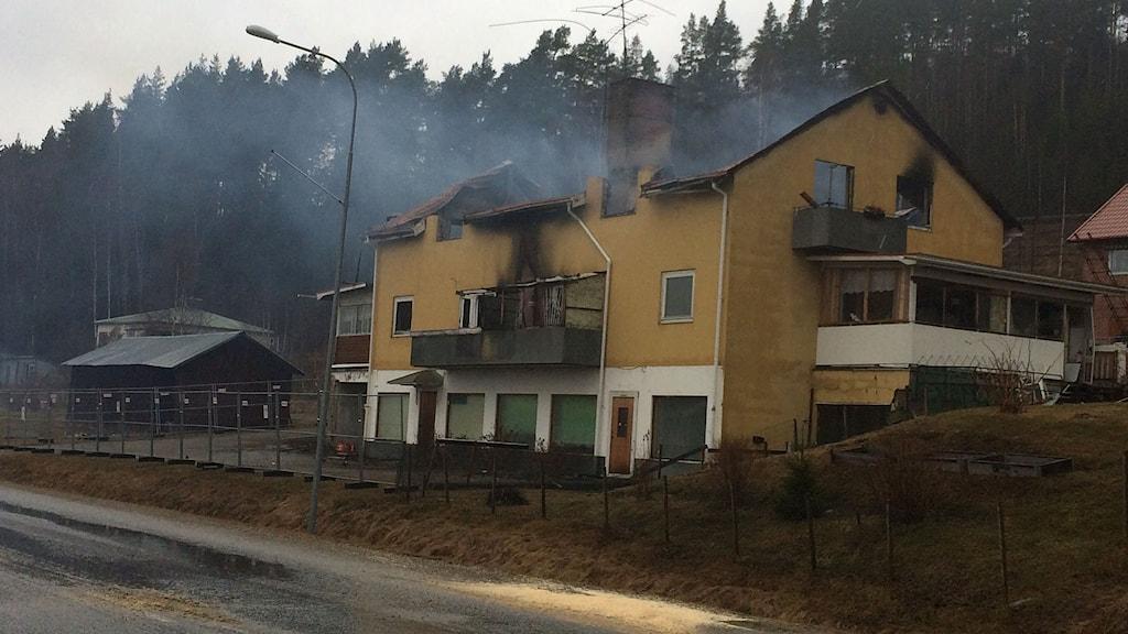 Det ryker fortfarande ur huset som eldhärjades i en kraftig brand igår. Foto: Ingrid Engstedt Edfast/SR
