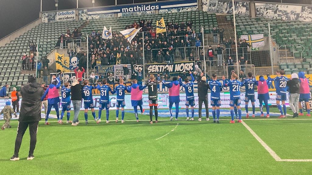 fotbollsspelare i blå dräkter tackar sina fans på en fotbollsarena i centrala sundsvall efter en vinstmatch