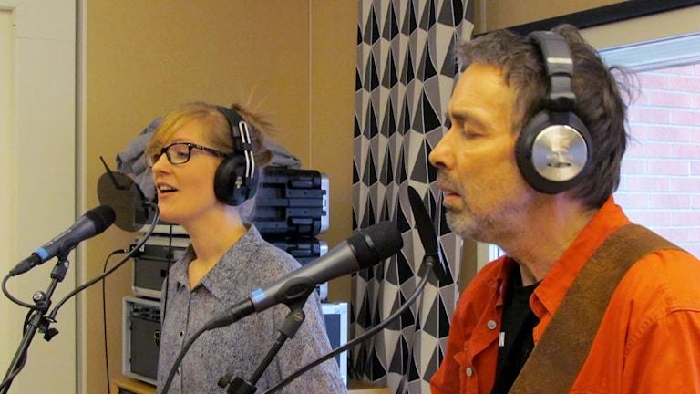 Linda Brandemark och Mats Brandemark i studion. Foto: Karin Lönnå/Sveriges Radio