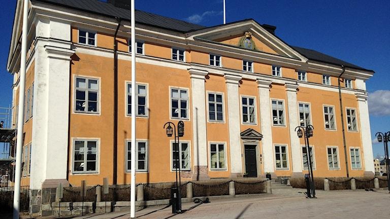 Fasaden på Residenset i Härnösand är idag ockragul med vita knutar och pelare. Foto: Karin Lönnå/SR