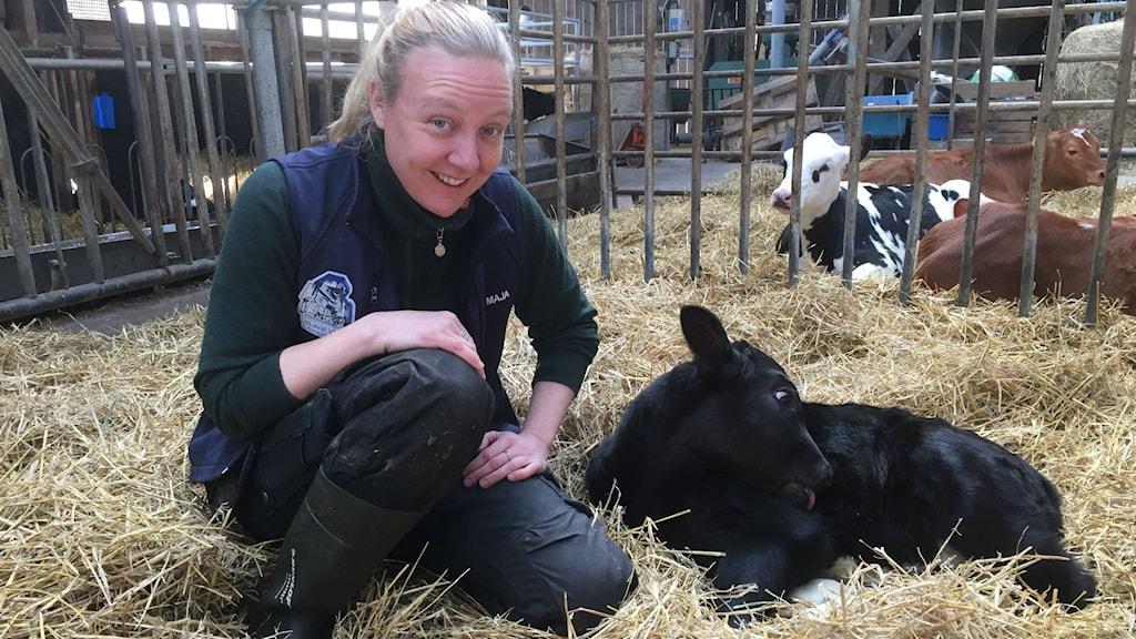 Karolina Westlund tillsammans med ett av de senaste tillskotten på gården. Foto: Niklas Axelsson/Sveriges Radio