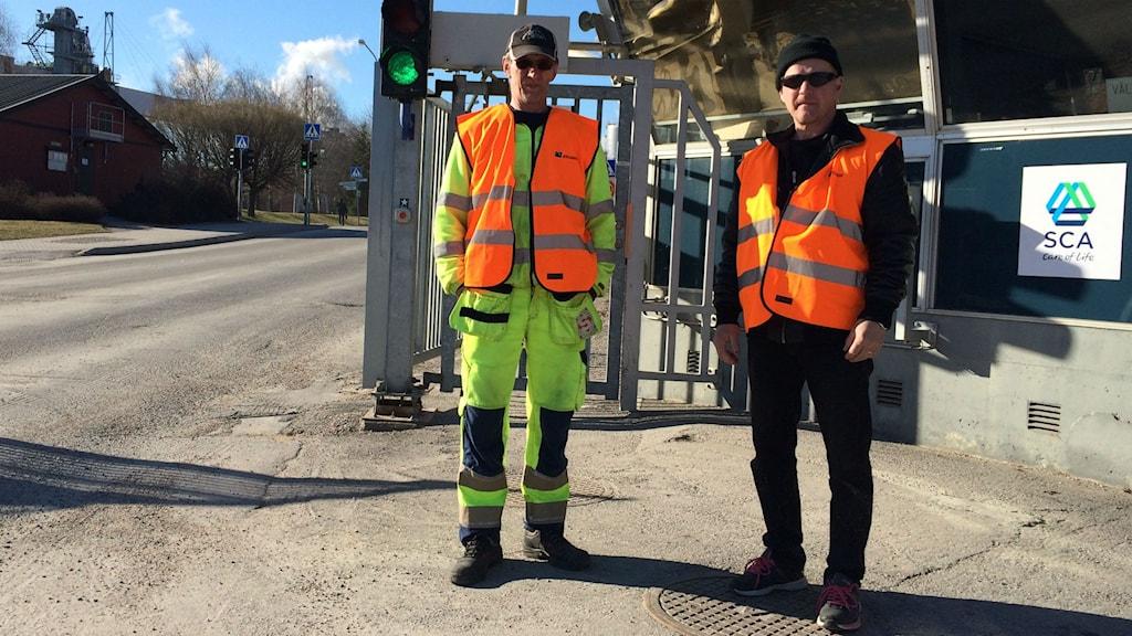 Karri Manner och Roy Ikonen är strejkvakter vid Ortvikens pappersbruk i Sundsvall. Foto: Niklas Axelsson/Sveriges Radio