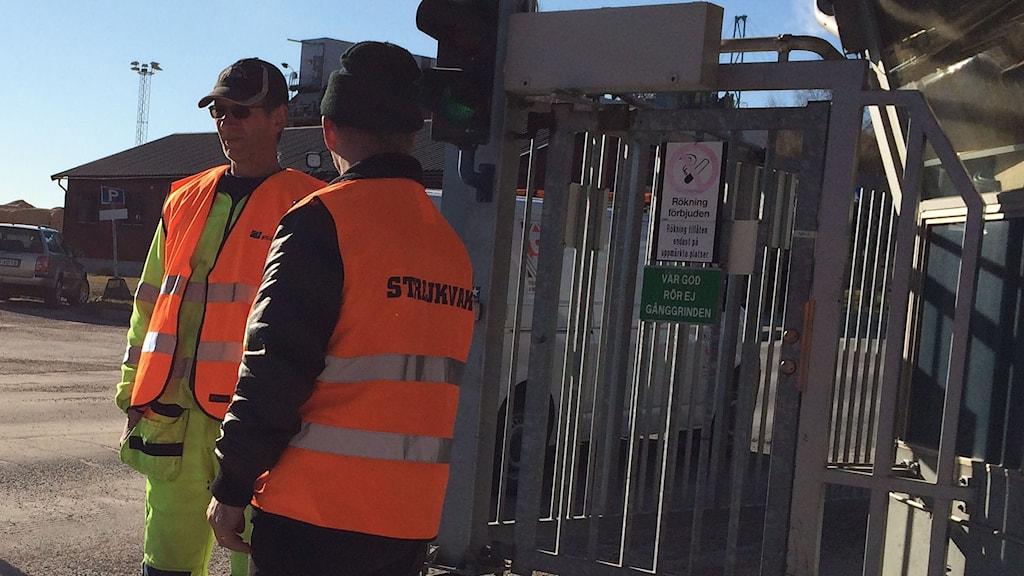Karri Manner och Roy Ikonen står strejkvakt vid grinden på Ortviken. Foto: Niklas Axelsson/Sveriges Radio
