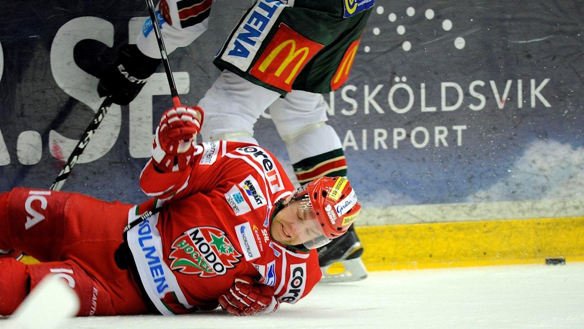 Modospelaren Per-Åge Skräder på fall i matchen mot Frölunda. Foto: Håkan Nordström/TT