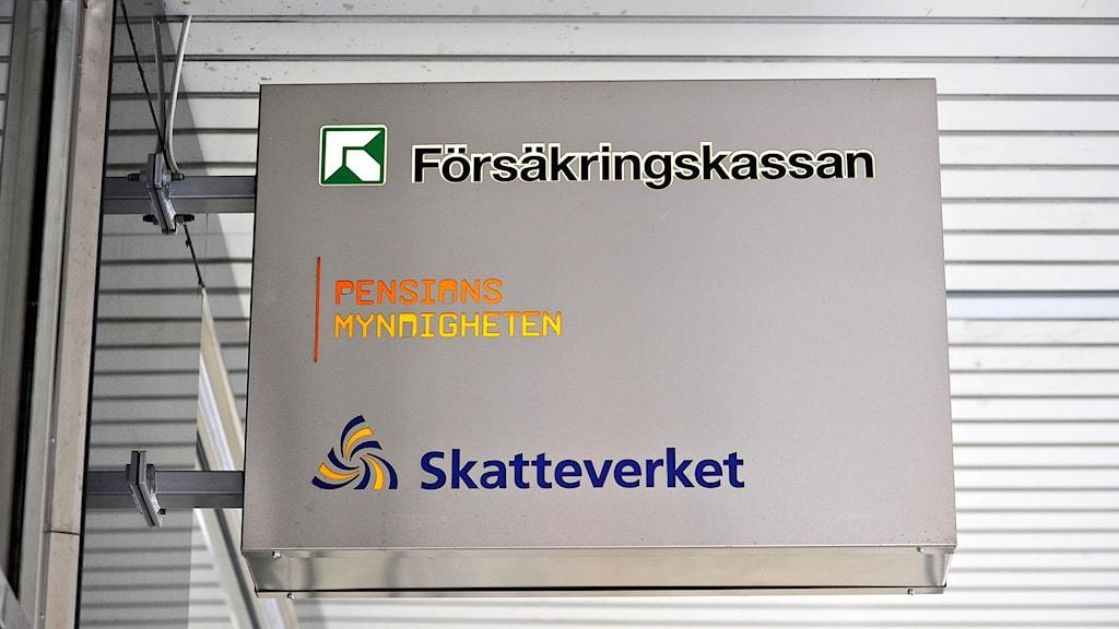 Skylt med servicekontor för Försäkringskassan, Pensionsmyndigheten och Skatteverket. Foto: Anders Wiklund/TT